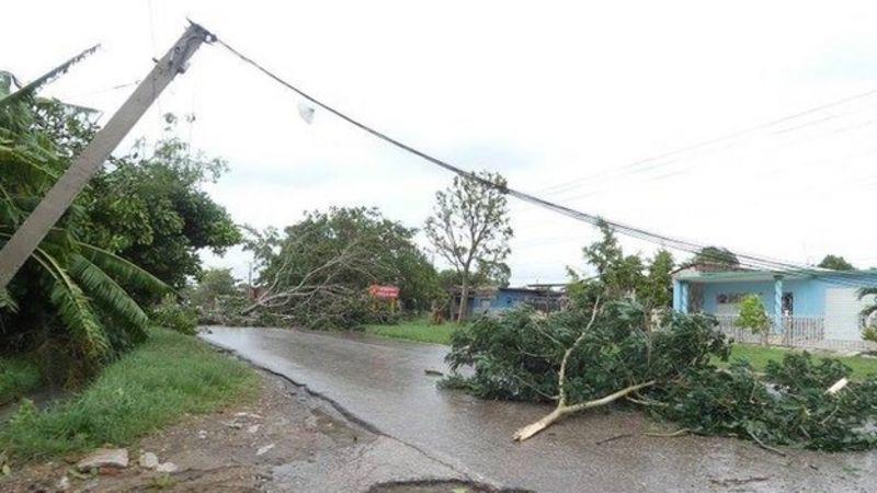 Árboles caídos y postes tumbados en Camagüey.