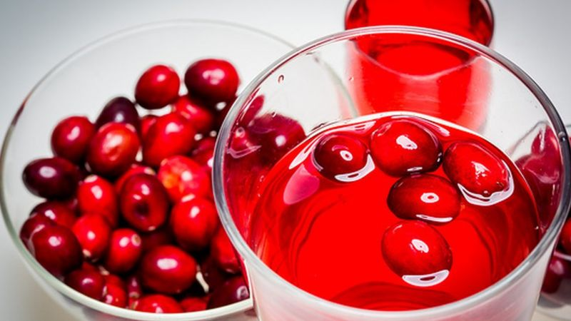 https://ichef-1.bbci.co.uk/news/800/cpsprodpb/17D10/production/_101225579_c0349222-glass_of_cranberry_juice-spl.jpg