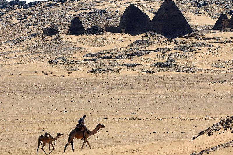 Genel bir görüntü, 27 Ocak 2006'da Sudan'ın başkenti Hartum'un 300 km kuzeyinde, Meroe arkeolojik alanını göstermektedir
