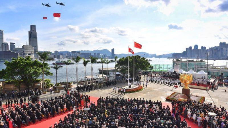 Çin ve Hong Kong bayrakları, 1 Temmuz 2017'de Hong Kong'daki Golden Bauhinia Meydanı'ndaki bir tören sırasında helikopterlerle uçuruldu