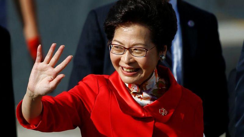 Hong Kong'un CEO'su Carrie Lam, 1 Temmuz 2017'de Hong Kong'da bayrak kaldırma töreni için geldi