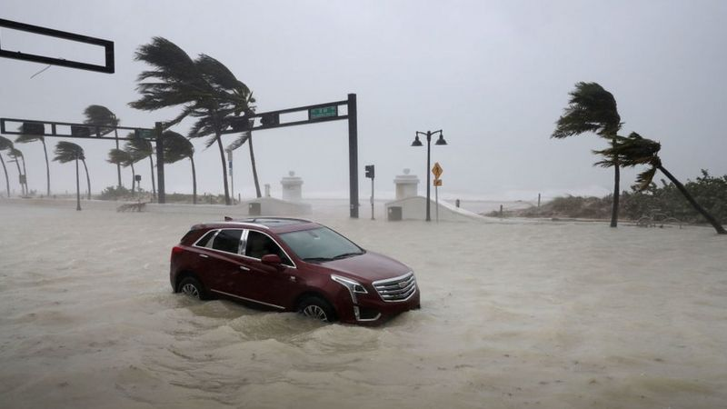 Un auto abandonado en North Fort Lauderdale Beach Boulevard, mientras Irma golpeaba el sur de Florida.