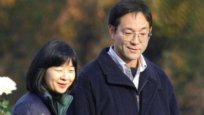 TOKYO, JAPAN: Sayako Kuroda (L) and her husband Yoshiki Kuroda enjoy their visit at the park Shinjuku Gyoen, in central Tokyo, 23 November 2005.