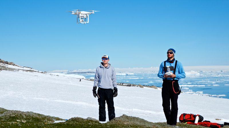 Thomas Sayre-McCord (WHOI/MIT) y Philip McDowall (Stonybrook University) pilotean un cuadricóptero