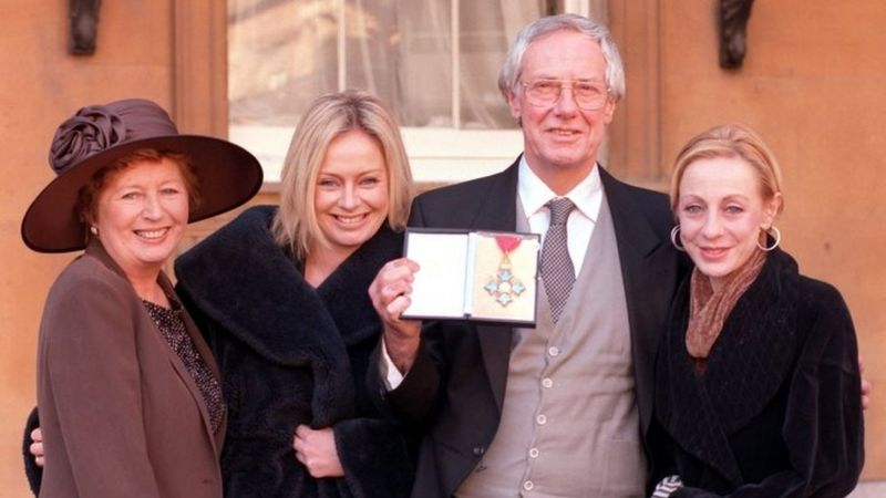 Norman, eşi Diana ve kızları Samantha ve Emma ile birlikte