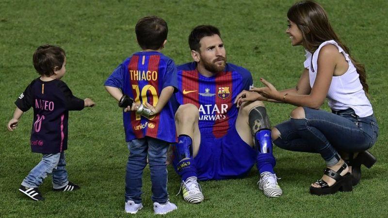 Lionel Messi, Antonela Roccuzzo ve iki oğlu tarafından sahaya çıktı.