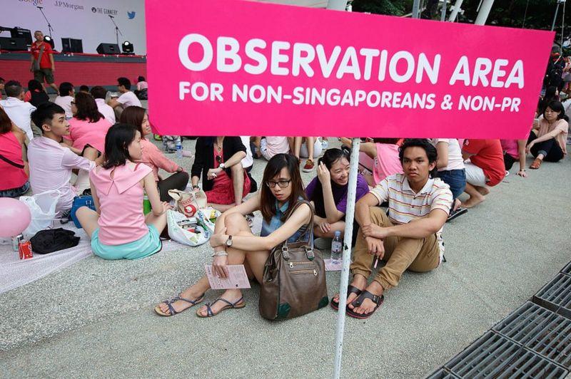 13 Haziran 2015'te Singapur'da Hong Lim Park'ta düzenlenen 'Pink Dot SG' etkinliği sırasında Singapurlu olmayan ve daimi ikamet etmeyen kişiler için ayrı bir gözlem bölgesi belirlendi.