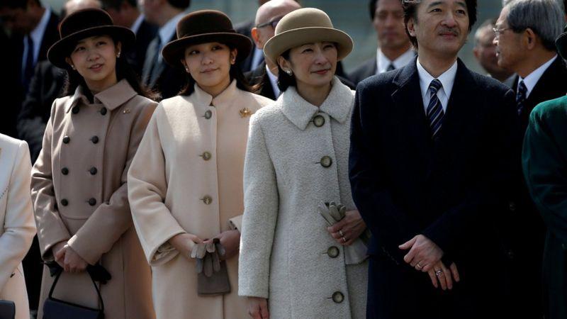 真子公主(左二)和父母。