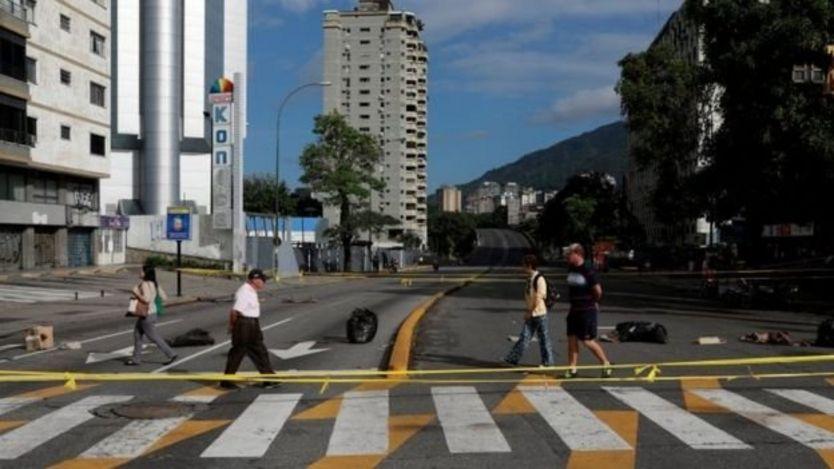 Đường phố vắng bóng xe cộ trong giờ cao điểm tại thủ đô Caracas