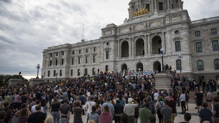 Protestocular Minnesota Eyaleti Meclis Binası'nın basamaklarını doldurdular