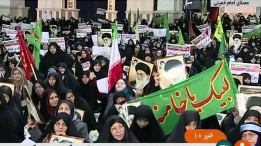 أظهر التلفزيون الحكومي جموعا من المتظاهرين المتشحين بالسواد في العاصمة طهران