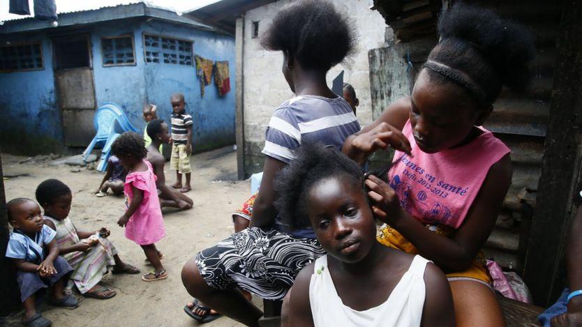Niñas en un barrio pobre de Liberia