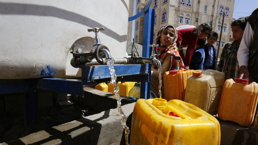 Varios yemeníes llenan de agua unos bidones en Saná, Yemen, el 20 de mayo de 2017.