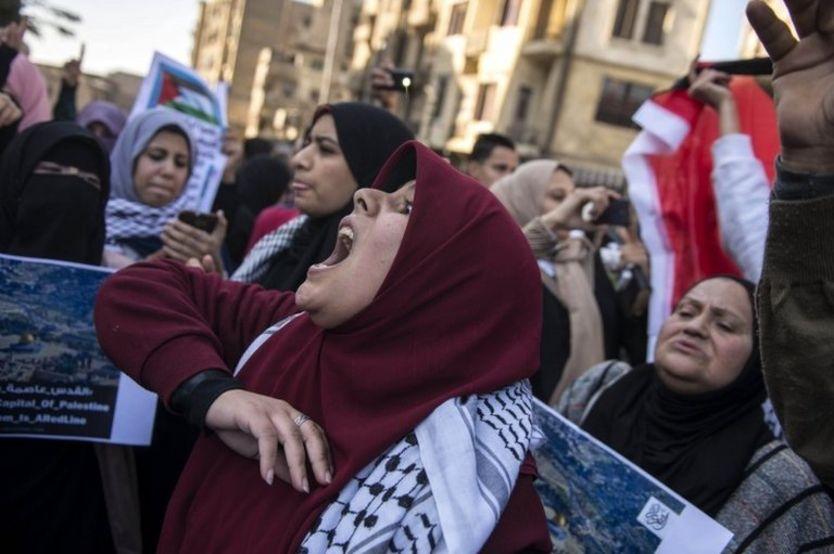 شعار علیه دونالد ترامپ در مقابل مسجد الازهر در مصر