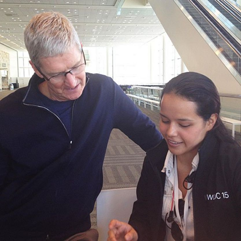 Tim Cooke, director ejecutivo de Apple, junto a Alejandrina
