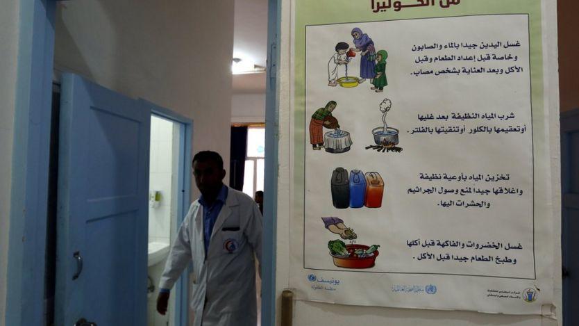 Cartel con instrucciones de cómo prevenir la infección del cólera en un hospital de Saná, Yemen, el 15 de junio de 2017.
