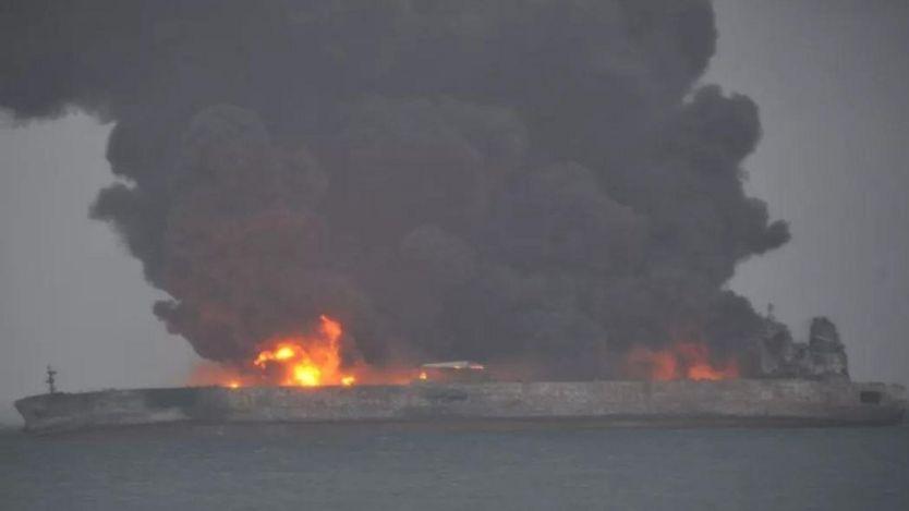 تصاویر تلویزیون دولتی چین نشان میدهد که دود غلیظی از این تانکر آتش گرفته در حال بیرون آمدن است