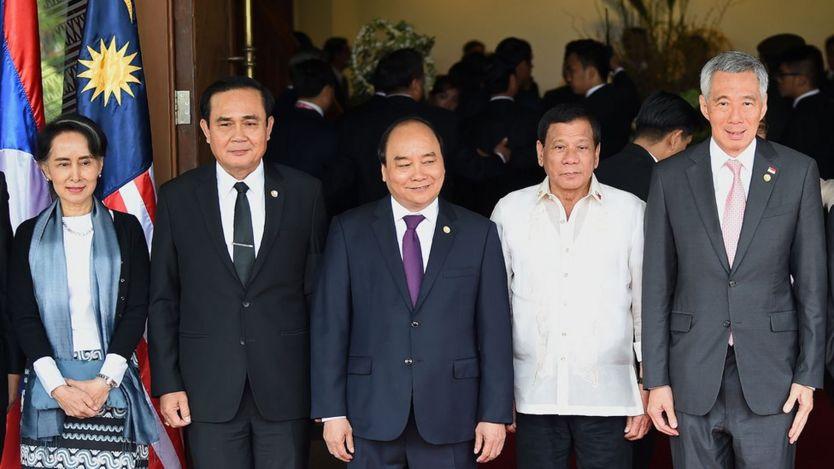 Ngoại trưởng Miến Điến Aung San Suu Kyi, Thủ tướng Thái Lan Prayut Chan-O-Cha, Thủ tướng Việt Nam Nguyễn Xuân Phúc, Tổng thống Philippine Rodrigo Duterte và Thủ tướng Singapore Lý Hiển Long tại Hội nghị thượng định ASEAN tháng Năm 2017.