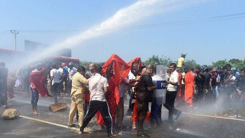 Cảnh sát Sri Lankan dùng vòi rộng để giải tán người biểu tình ở cảng Hambantota hôm 7/1/2017