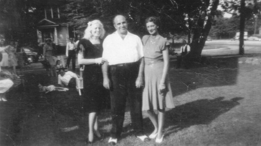 Mae, Al Capone, y Muriel, la hermana de Mae en Nueva Jersey a mediados de la década de 1940. (Foto: gentileza Mario Gomes - Myalcaponemuseum.com)