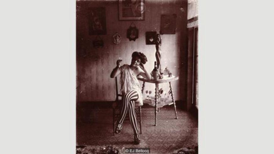 Gái mại dâm ở quận đèn đỏ ở New Orleans thường dùng nước hoa hoa nhài ('jas') là từ ban đầu của jazz, chứng tỏ nhạc này lấy tên của một mùi thơm.