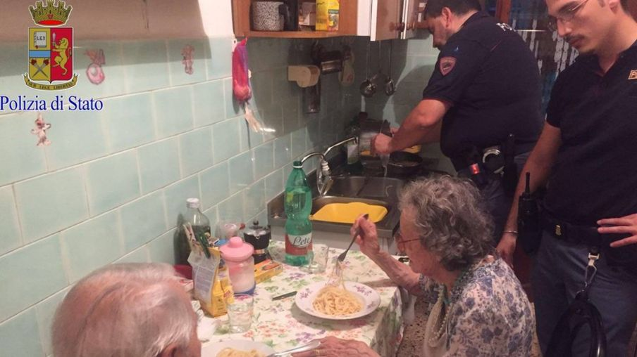 Pareja de ancianos llora sin cesar, policías irrumpen en casa y descubren penosa verdad (FOTOS)