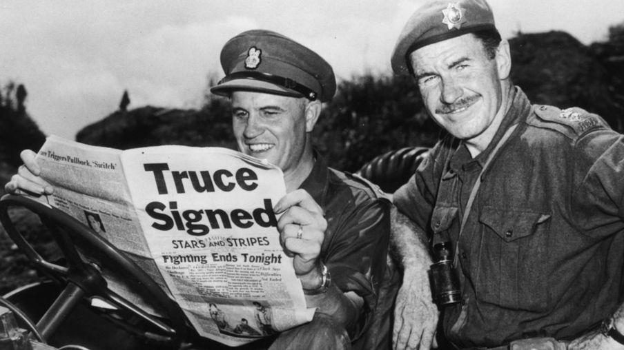 朝鲜战场上联合国军队的加拿大军队指挥官埃拉德 在读1953年8月2日报上关于停火的新闻