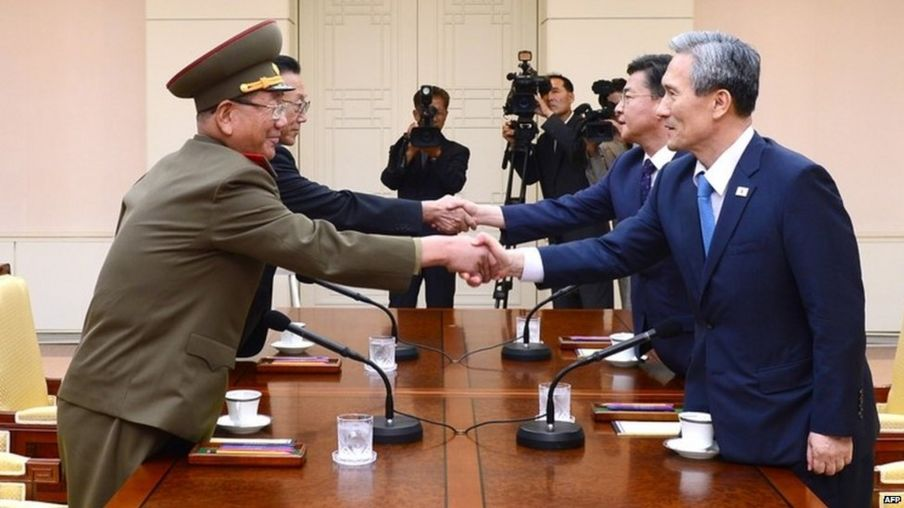 South and North Korean officials during their meeting at the truce village of Panmunjom in the Demilitarized Zone (22 August 2015)