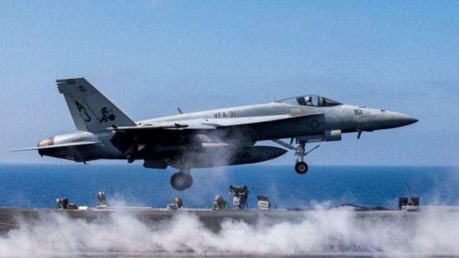 """美军F-18""""超级大黄蜂""""战机在叙利亚北部重镇塔卜卡不远处击落叙利亚政府军一架苏-22战机。"""