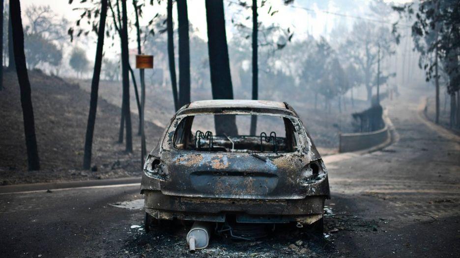 Un vehículo quemado en la carretera en Pedrogao, en el centro de Portugal.