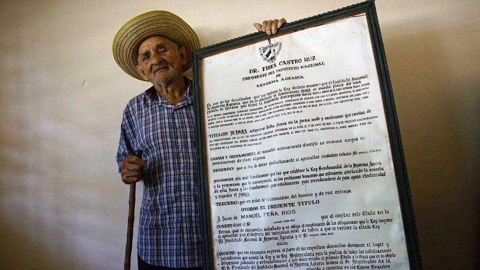 馬諾洛拍攝了一張他收到的土地文件複本的照片,而57年後他的土地又歸還了國家。