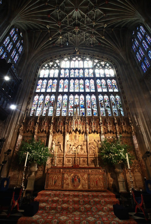Цветы и листва окружают высокий алтарь часовни Святого Георгия в Виндзорском замке для свадьбы принца Гарри с Меган Маркл.