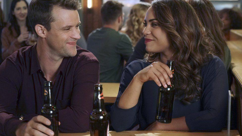 Чоловік та жінка з пивом