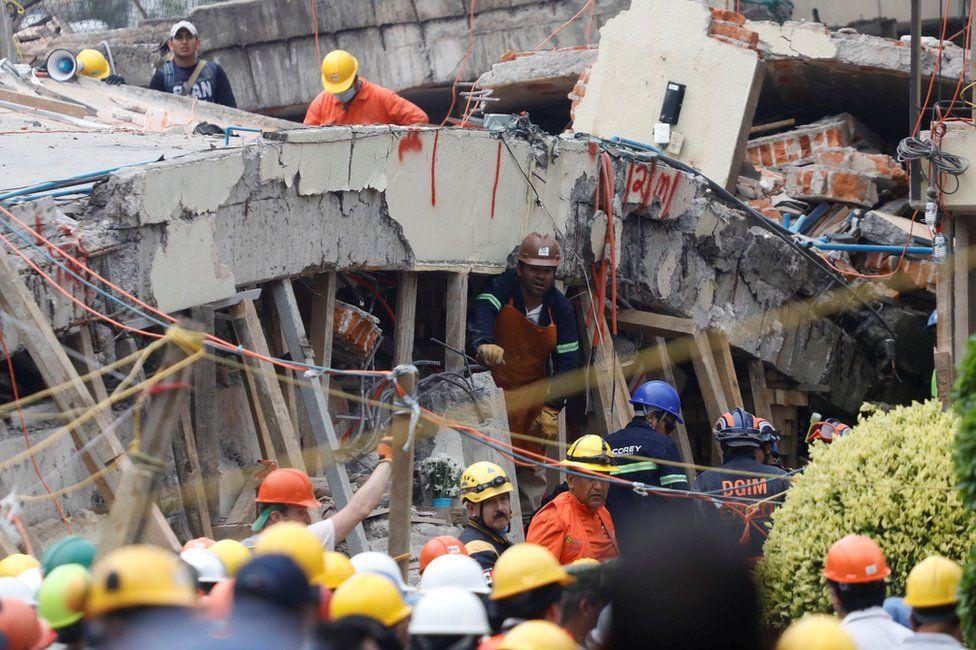 Rescatistas trabajando entre los escombros del Colegio Enrique Rébsamen de la colonia Coapa, en el sureste de Ciudad de México.