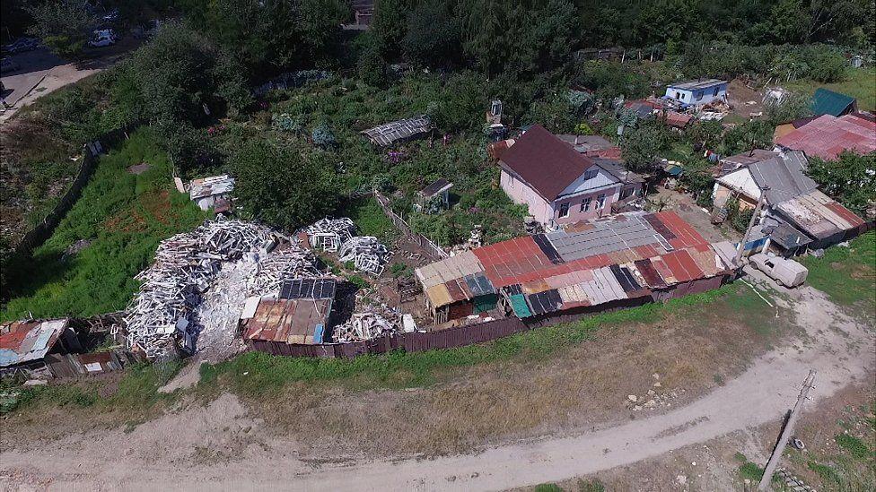 На території ферми розташовані три будинки і десятки сараїв для тварин