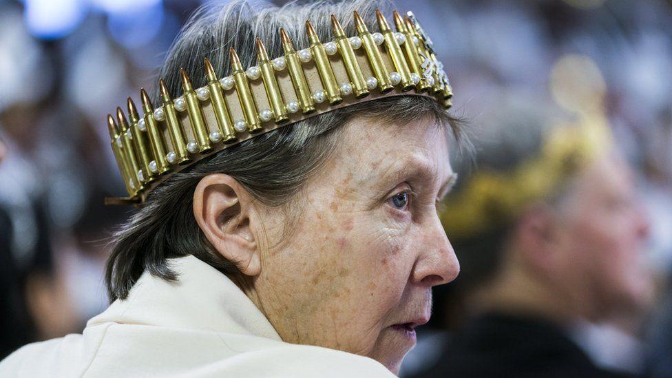Mujer con corona de balas