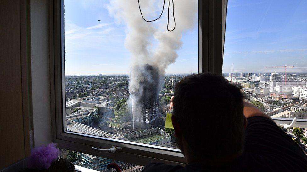 Вид из окна на горящий дом