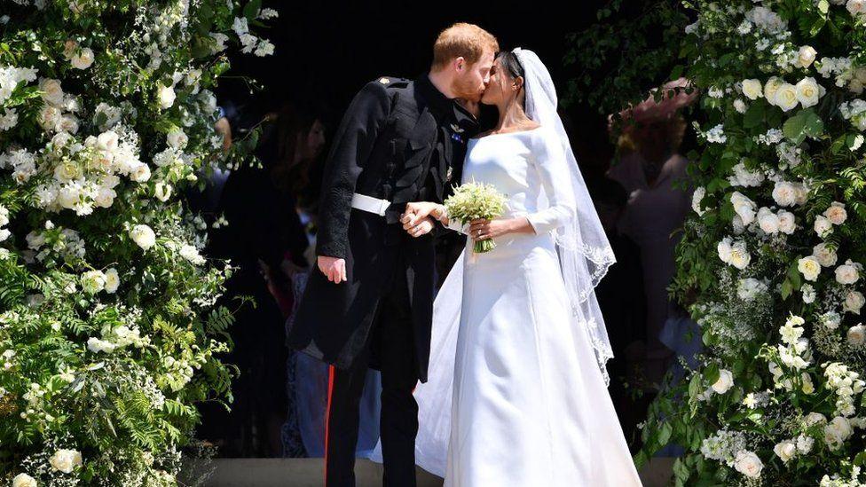 El príncipe Harry y Meghan Markle a la salida de la capilla del castillo de Windsor.