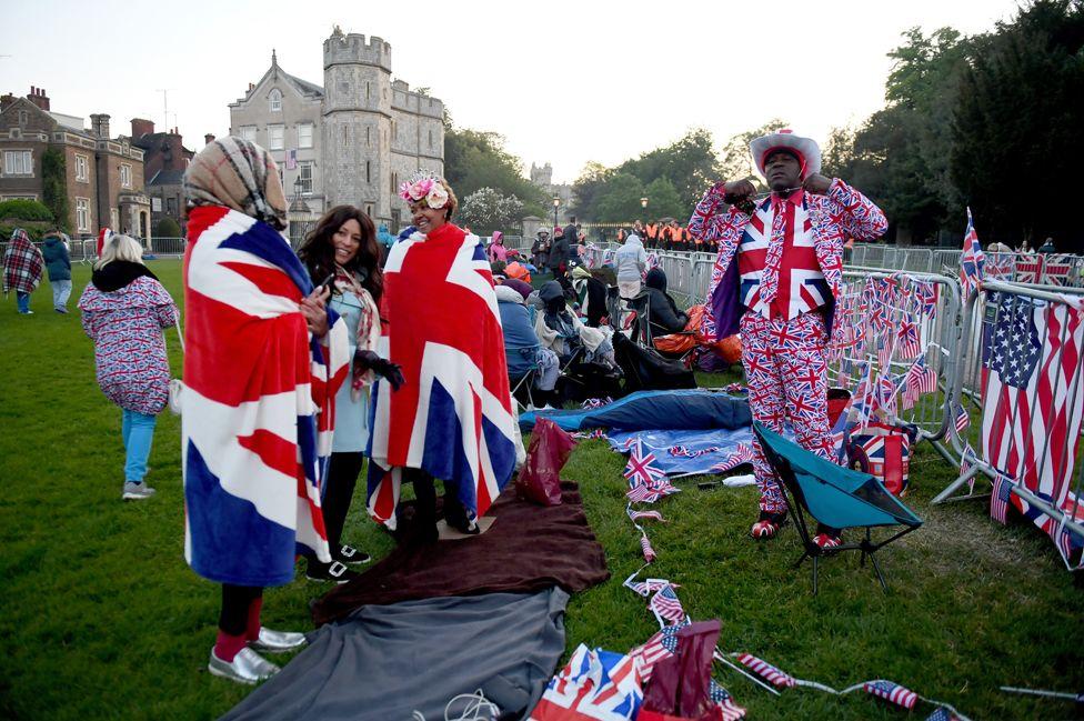 Королевские фанаты на долгой прогулке в Виндзоре перед свадьбой принца Гарри и Меган Маркле