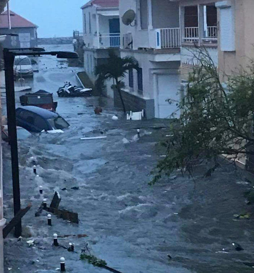 St Martin Adası'nın sokakları tamamen sel suları altında kalmış durumda.
