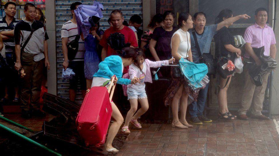 市民在澳门北区一处墙边避风(新华社图片23/8/2017)