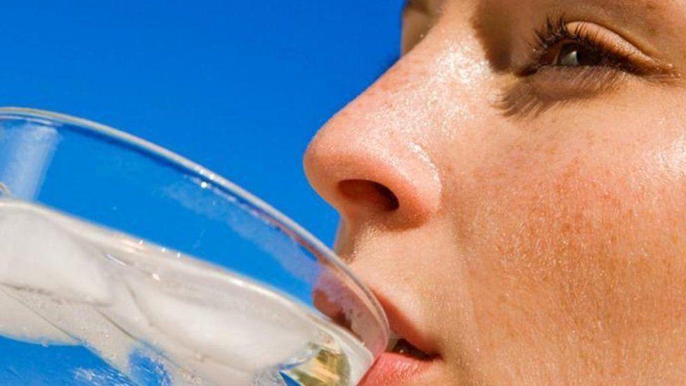 Дівчина п'є воду