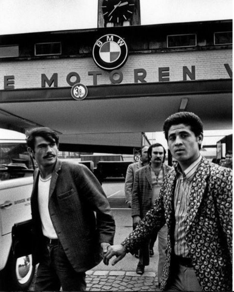 Budakoğlu, dedesinin de BMW fabrikasının girişinde bir fotoğrafı olduğunu anlatıyor.