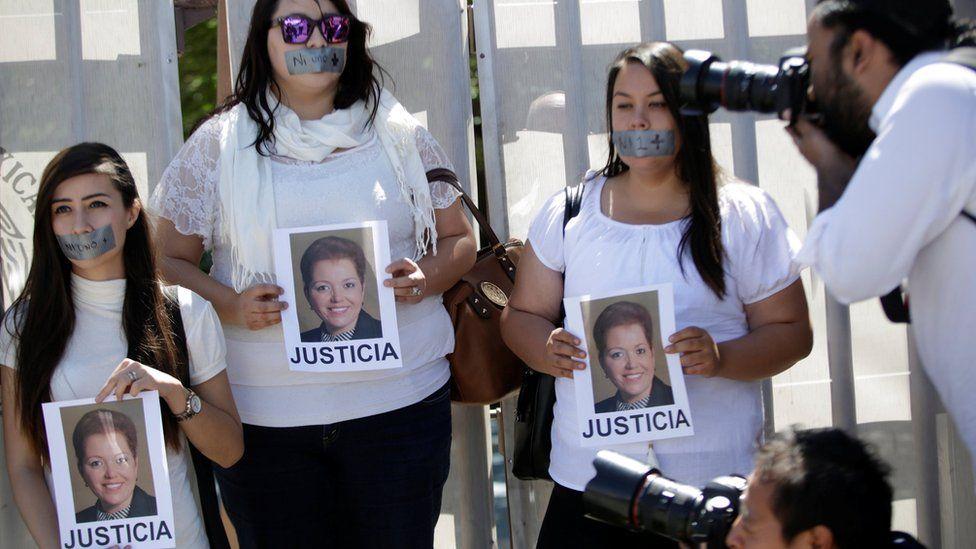 Gazeteciler Meksika'daki Ciudad Juarez'deki Başsavcının (PGR) dışındaki Meksikalı gazeteci Miroslava İhlalinin öldürülmesine karşı protesto gösterileri düzenledi