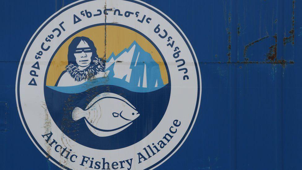 Una pintura en una pared con el logotipo de la Alianza de Pescadores del Ártico.