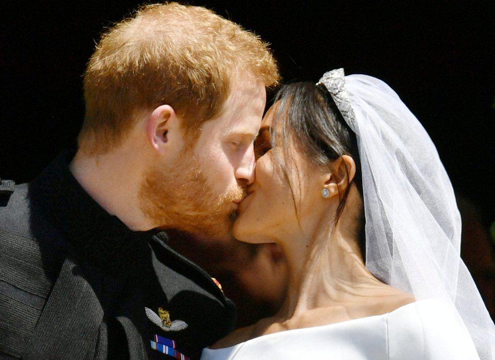 Поцелуй принца Гарри и Меган Маркл на ступеньках часовни Святого Георгия в Виндзорском замке