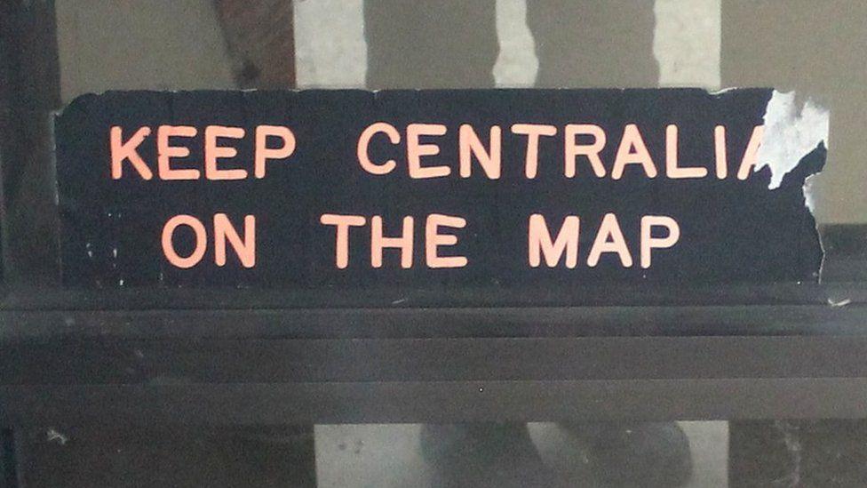 """""""Збережіть Сентралію на карті"""". Наклейка на дверях ратуші Сентралії, однієї з останніх споруд. Орган самоврядування досі існує, і його нечисленні члени навіть проводять збори"""