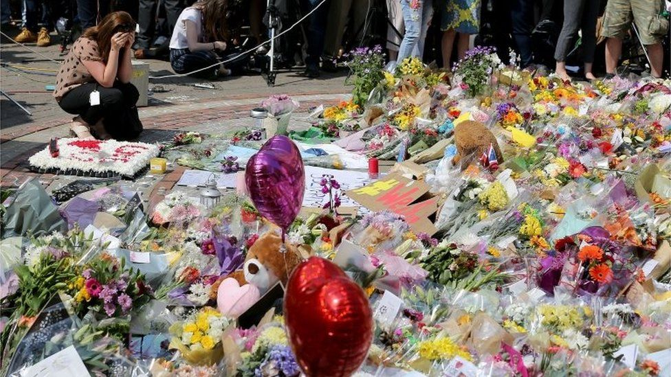 Makeshift memorial for victims of Manchester bombing (25/05/17)