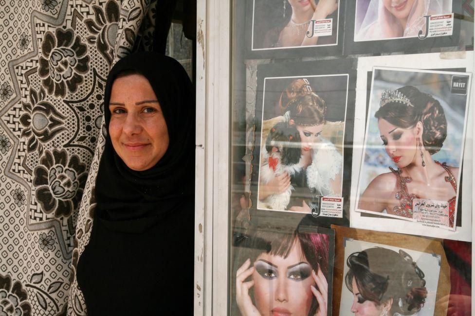 معركة الموصل - صفحة 15 _97279358_hairdresser