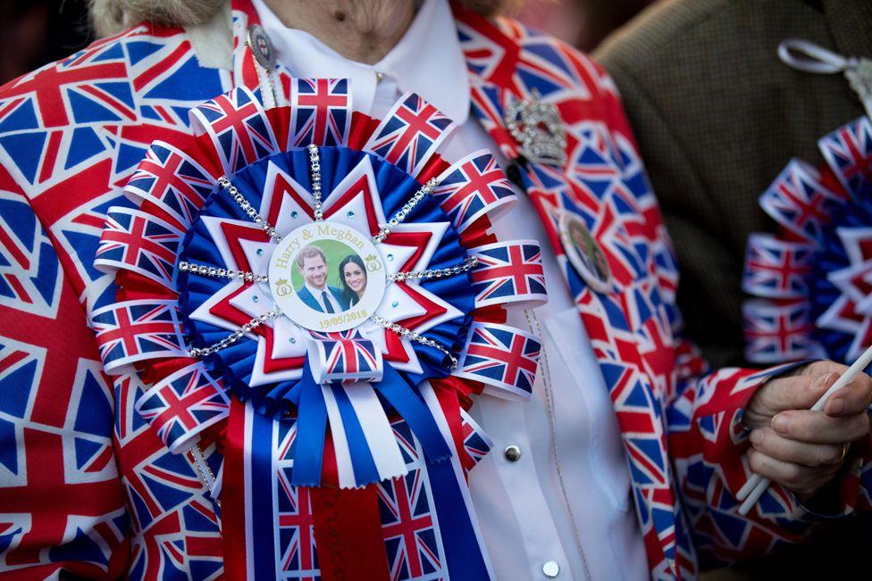 Королевские фанаты выстраиваются по улицам перед королевской свадебной церемонией британского принца Гарри и Меган Маркл в часовне Святого Георгия в Виндзорском замке, в Виндзоре, Великобритания, 19 мая 2018 года.